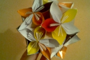 Ornament decorativ din flori origami